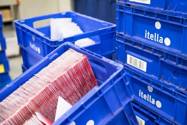 Lajiteltua postia muovilaatikoissa.